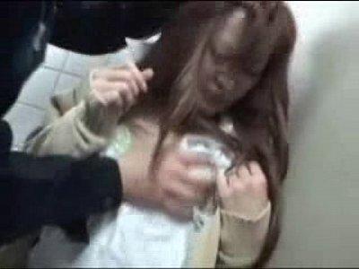 【JKレ●プ隠撮エロ動画】トイレでおしっこ終わった瞬間個室に入り込んで来た強姦魔!!
