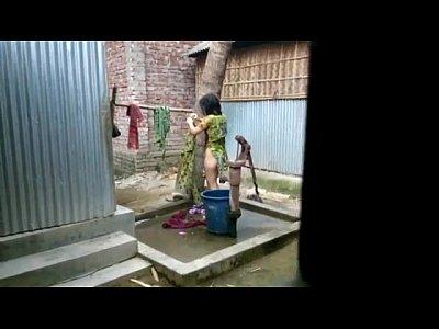 [風呂盗撮]庭のお風呂場で屋外バスルーム!民家風呂盗撮動画です。