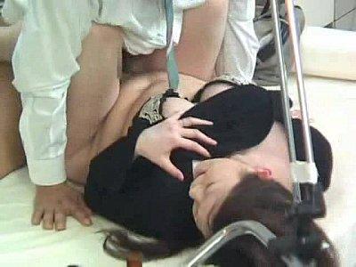 悪徳産婦人科医に診察台で寝取られ生本番中出しされるビッチ人妻
