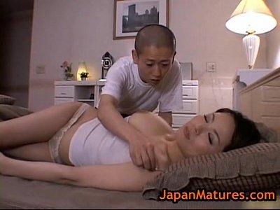 勉強で煮詰まった息子が気分転換しにママの寝室へ忍び込んで巨乳いじり