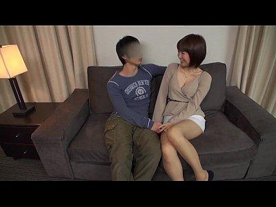 反応がキュートすぎる巨乳人妻が初めての電マでパンツ越しにダラダラ潮吹き甘えたセックス