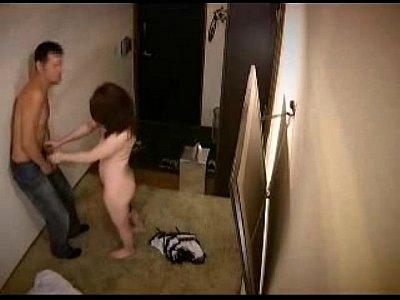 【家庭内盗撮動画】淫乱痴女が出前お兄さんを挑発してフェラ抜きをした隠し撮り映像
