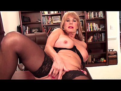 Granny Bigtits Closeup vid: Slutty mature blonde Rae Hart prefers posing and playing with her sissy
