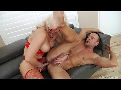 Блондинка страпонит мужика в анал