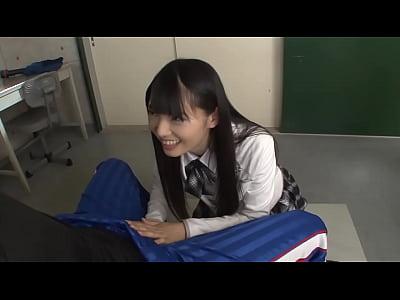黒髪清楚な制服美女が放課後の教室で先生と3Pしながら大量潮吹き