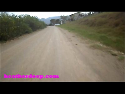 هيذر العميق 4 يدحرج على مخيفا سريع رباعية و يتبول بجانب الخيول في الغابة نسخة يوتيوب