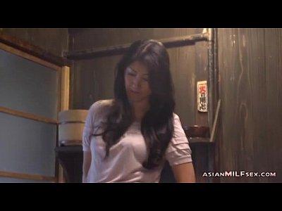 【熟女人妻】豊満なカラダの巨乳の主婦が台所でガチの強烈なオナニー!(藤沢芳恵|ふじさわよしえ)-AVマガジン-