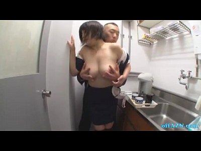 給湯室で上司にセクハラをされる、ぽっちゃり体型の巨乳OLちゃん。