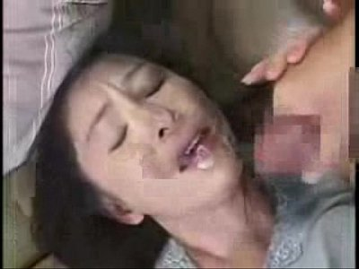 熟れきった人妻のマンコを指マンで濡らしていやらしいセックスプレイww♪