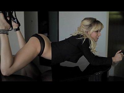 Sexy LiveDimes.com mode Jeanie Marie strips naked and masturbates