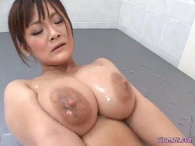【エロ動画】潤滑油を使い手淫エロ巨乳で乳挟みするきれいな奥さん