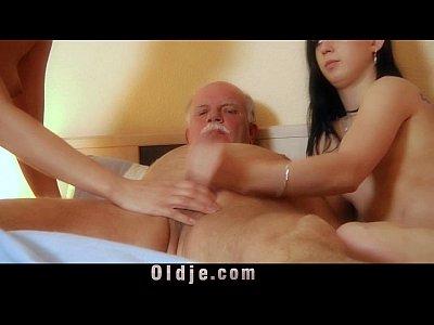 Две девушки трахаются с дедом