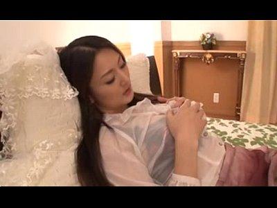 清楚そうな激カワ女子が自慰!巨乳美女がベッドでオマ◯コを指マンでいじくり回すオナニー動画