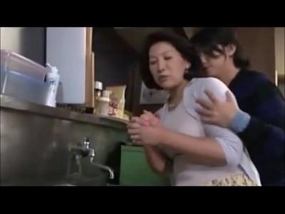 成長したたくましい息子のおちんちんにまんこ汁を溢れさせたおまんこを見破られて秘密の関係に堕ちていく五十路のおばちゃん母さん!