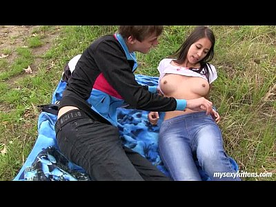 نحيل في سن المراهقة بولا يحصل مارس الجنس في الهواء الطلق