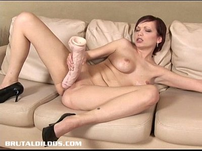 Porno Gartis short haired russian tina devouring a brutal dildo with her pussy
