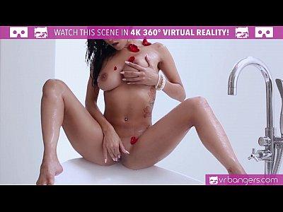 Красотка мастурбирует в ванной