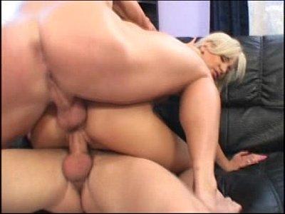 Carina fazendo dupla penetração no sexo amador - http://videosmais18.com