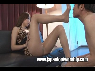 女王様の無料siofuki動画。履いていたニーハイブーツの臭いをM男に嗅がせるドS女王様