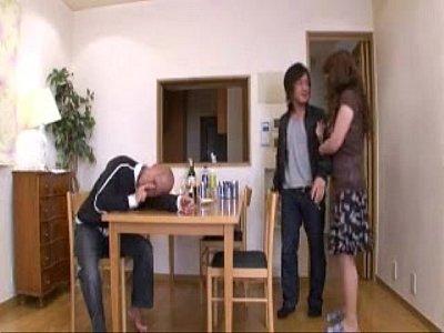 【熟女】泥酔した亭主を横目に他の男子とシックスナインして裏面騎乗位で羽目る熟女