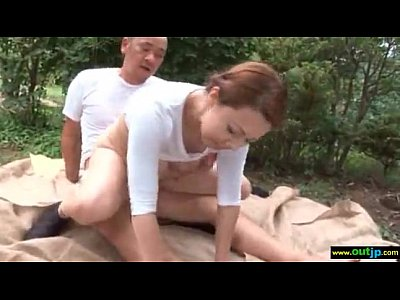 【熟女野外SEX動画】美人巨乳人妻風間ゆみが野外立ちバックでハメまくる