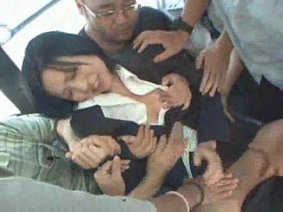 通勤中のバス内で痴漢集団に襲われレイプされるスーツ姿のOL
