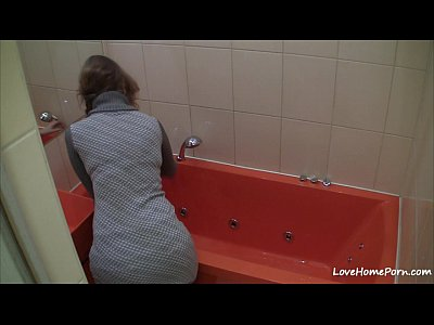 Brunette Solo xxx: Chick takes a relaxing bath after the work
