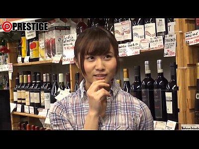 酒屋の娘が可愛かったのでその場でナンパして店内でハメる