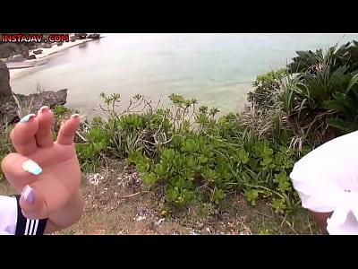 制服姿のあやみ旬果が撮影で南の島に来ててAVと表情が違くて可愛すぎる