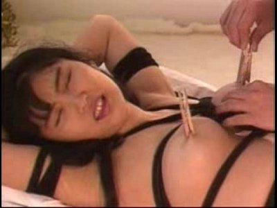 巨乳美女を緊縛し調教するSMプレイ。鼻フック、洗濯バサミを付けながら全身を舐め回す。