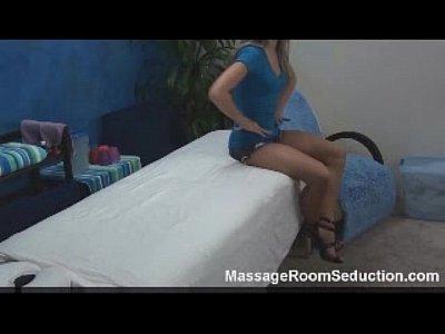 Loirinha safadinha aproveita a massagem pra fuder gostoso