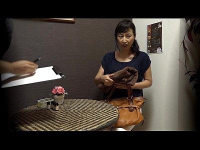 マッサージ無料熟女動画。女性はイケメンマッサージ師にオマンコをぐちゃぐちゃにされるため来店する