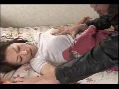 スレンダーな美熟女が発情した息子にマンコを観察されて滲むエロ汁