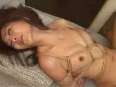 緊縛熟女さん!!麻縄で緊縛されたエロ過ぎな姿でチンポを挿入されて快感にあえぐ人妻