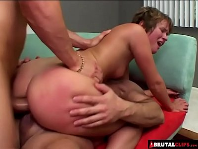Rabuda sósia da xuxa fazendo dupla penetração