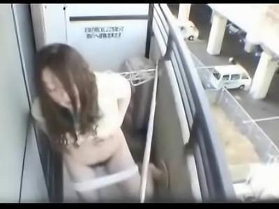 【野外オナニー熟女動画】自宅のベランダで潮吹き三昧な変態人妻