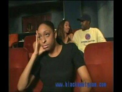 Doua negrese isi dau lmbi in sala de cinema