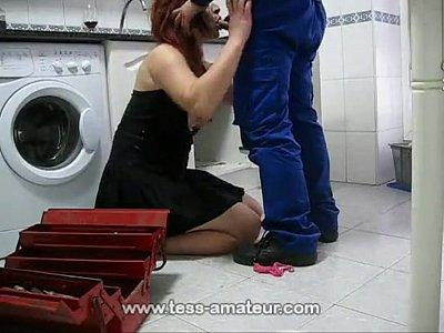 Mulher madura no sexo quente com encanador