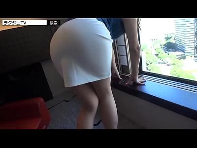 【熟女動画】白いピッタリ張り付いたタイトスカートのヒップラインの美人奥さま