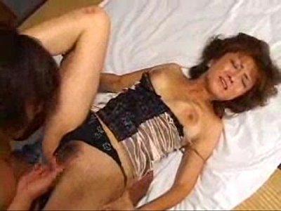 巨乳の美女ママが実の息子に性教育をする近親相姦SEX中  の画像