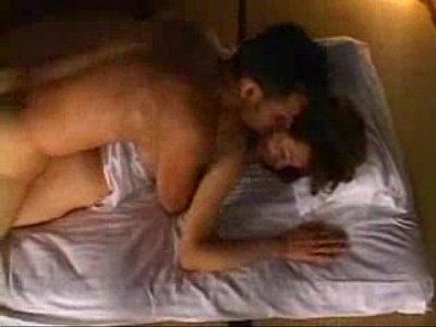 【熟女動画】バックからの挿入は動物的に犯されているような感覚を持ちます。スケベ夫婦