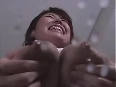 笑顔で極太ディルドをパイズリする母乳が出る爆乳若妻!終始笑顔で愛くるしい!