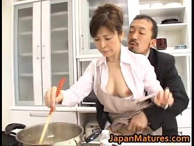 五十路熟女の料理研究家が調理中にエロアシスタントとセックスを始める