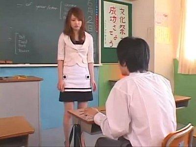 やらしい視線で生徒を見つめ誘惑する美人な痴女女教師の吉沢明歩