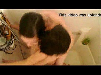 Caliente morra mexicana con buenas tetas le gusta estar mamando verga y cogiendo cuando esta en la ducha con su pareja