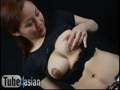 ギャル系美人若妻が四つん這いで母乳搾り!カメラ目線がたまりません
