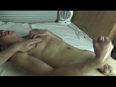 Películas Gays Gratis 18 twink gets first handjob - cumshot