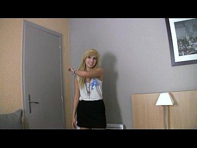 شقراء في سن المراهقة ايمو يظهر لها كس