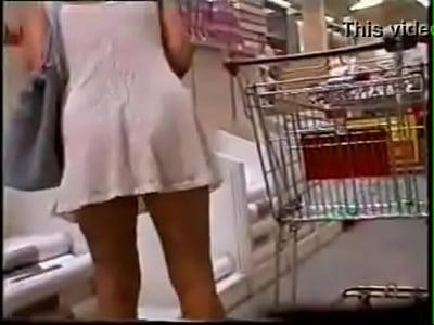 Debajo De Las Faldas Xxx se agachando de vestido no supermercado