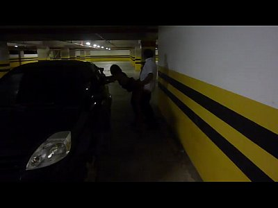 Esposa puta cogiendo con empleado de un estacionamiento publico mientras su cornudo los graba